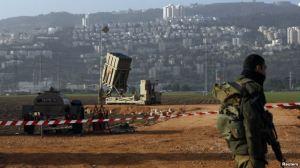 Seorang tentara Israel di dekat pertahanan anti-roket 'Kubah Besi' di kota Haifa, Israel utara (foto: dok).